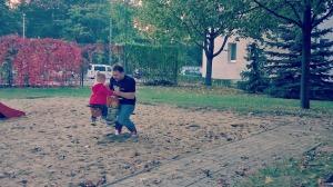 9. Auf dem Rückweg noch am Spielplatz vorbei. Kind & Mann machen Quatsch...